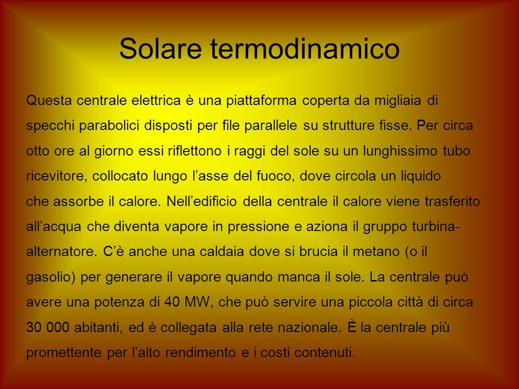 Solare termodinamico Questa centrale elettrica è una piattaforma coperta da migliaia di specchi parabolici disposti per file parallele su strutture fi