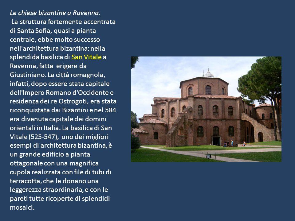 Le chiese bizantine a Ravenna. La struttura fortemente accentrata di Santa Sofia, quasi a pianta centrale, ebbe molto successo nell'architettura bizan