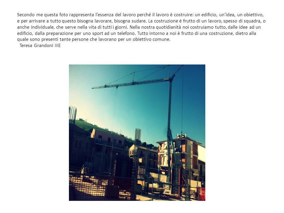 Secondo me questa foto rappresenta l'essenza del lavoro perché il lavoro è costruire: un edificio, un'idea, un obiettivo, e per arrivare a tutto quest