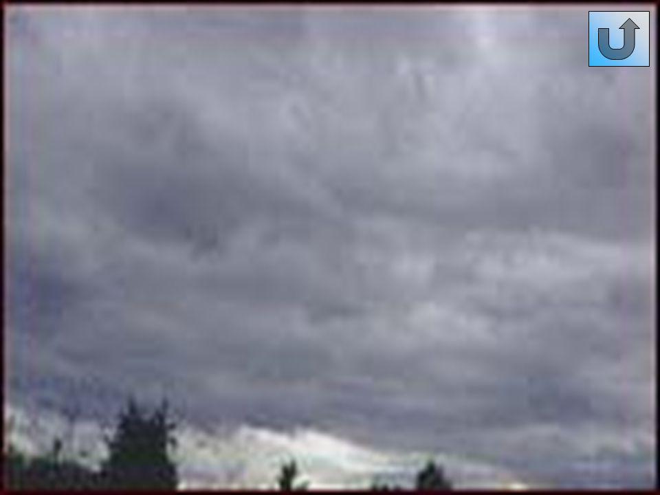 Strati (St) Sono nubi molto basse, le vedrete talvolta a pochi metri sull orizzonte, grigie, con la base estesa e uniforme; il loro sviluppo verticale è molto contenuto, e può raggiunge altezze inferiori ai 300 metri.