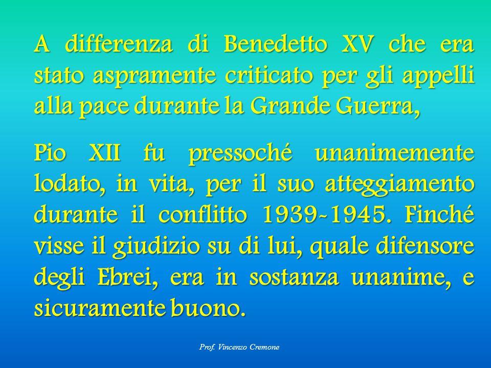 A differenza di Benedetto XV che era stato aspramente criticato per gli appelli alla pace durante la Grande Guerra, Pio XII fu pressoché unanimemente lodato, in vita, per il suo atteggiamento durante il conflitto 1939-1945.