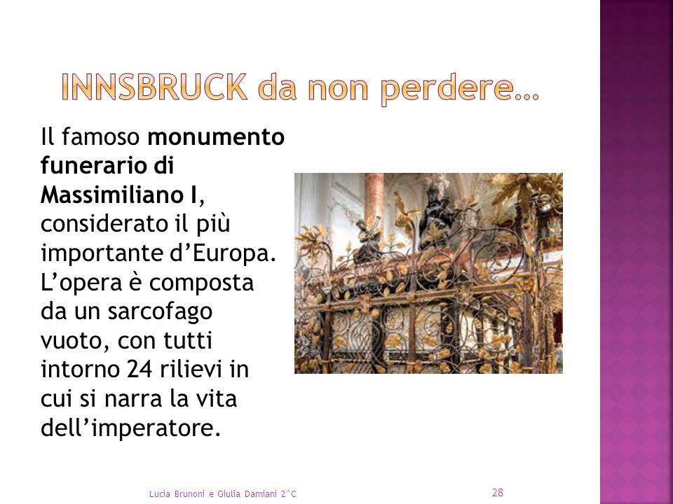 Il famoso monumento funerario di Massimiliano I, considerato il più importante d'Europa. L'opera è composta da un sarcofago vuoto, con tutti intorno 2