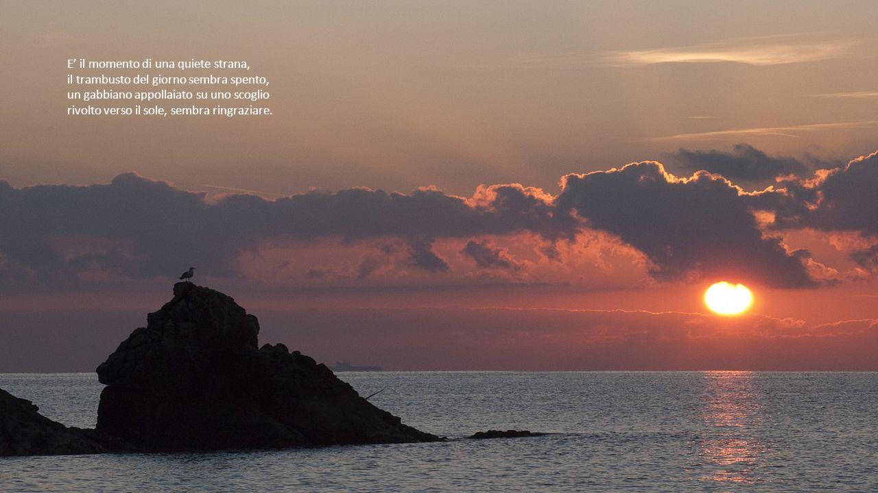 Il ciclo del giorno volge al termine, il sole, giù all'orizzonte, è una sfera di fuoco, i suoi raggi penetrando le nubi creano giochi di luce e figure