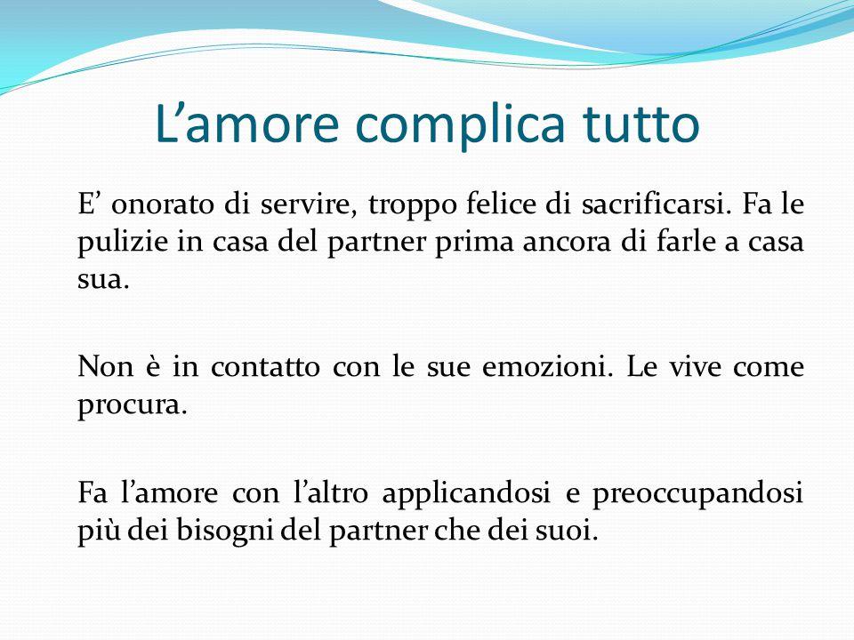 L'amore complica tutto E' onorato di servire, troppo felice di sacrificarsi.