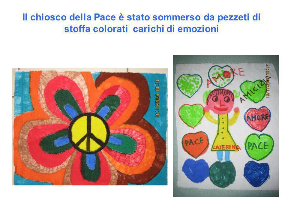 Il chiosco della Pace è stato sommerso da pezzeti di stoffa colorati carichi di emozioni