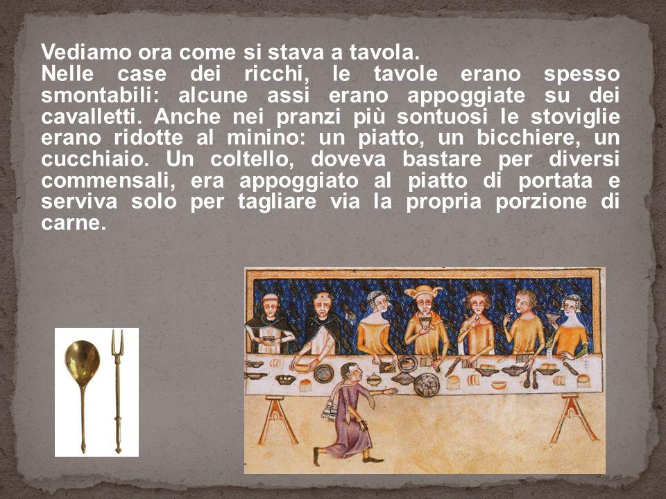 Vediamo ora come si stava a tavola. Nelle case dei ricchi, le tavole erano spesso smontabili: alcune assi erano appoggiate su dei cavalletti. Anche ne