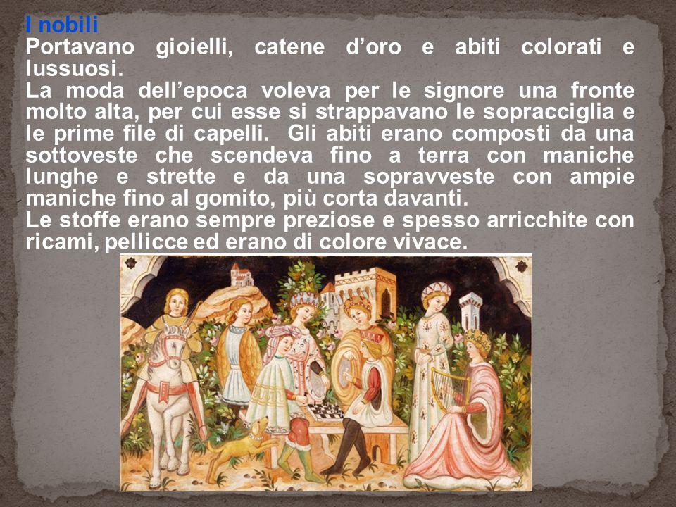 I nobili Portavano gioielli, catene d'oro e abiti colorati e lussuosi. La moda dell'epoca voleva per le signore una fronte molto alta, per cui esse si
