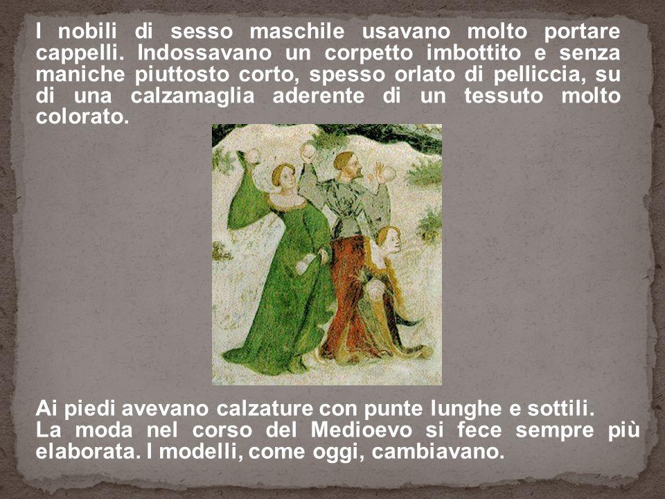 Ai piedi avevano calzature con punte lunghe e sottili. La moda nel corso del Medioevo si fece sempre più elaborata. I modelli, come oggi, cambiavano.