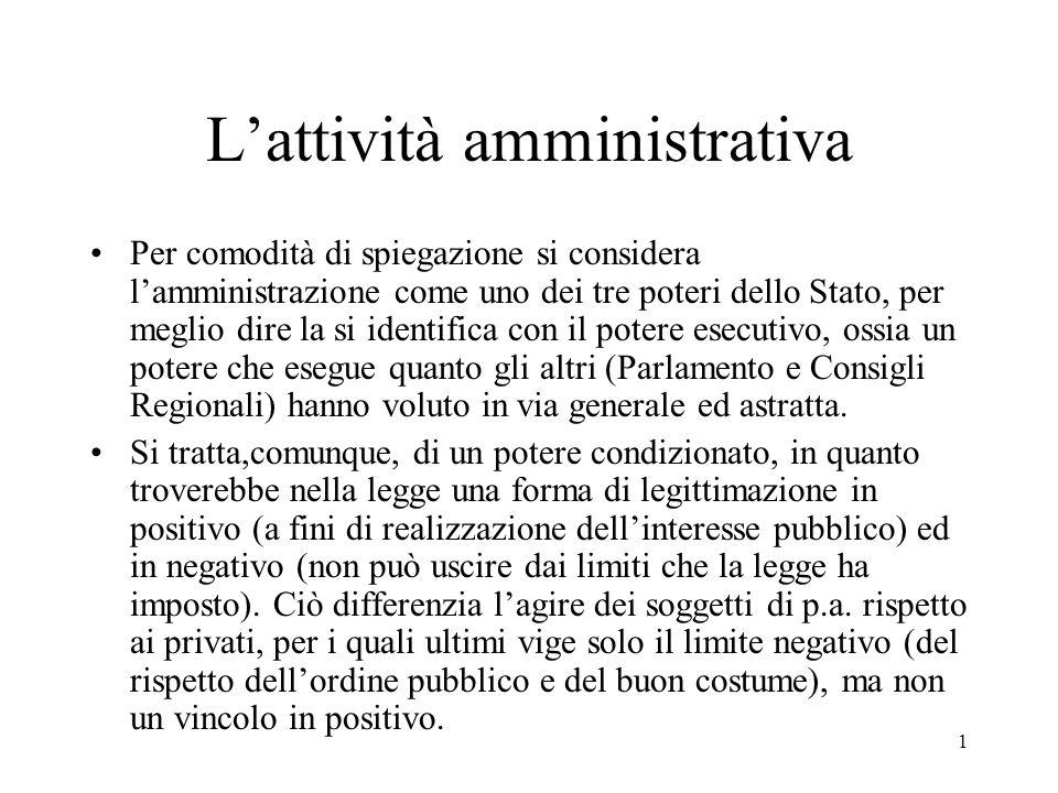 1 L'attività amministrativa Per comodità di spiegazione si considera l'amministrazione come uno dei tre poteri dello Stato, per meglio dire la si iden