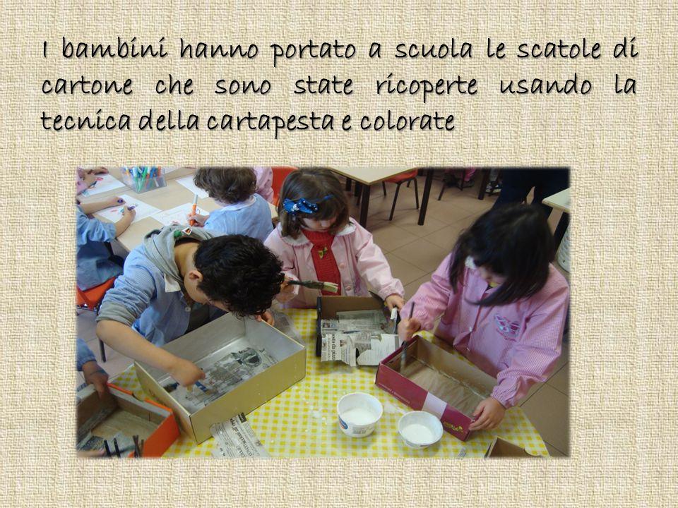 I bambini hanno portato a scuola le scatole di cartone che sono state ricoperte usando la tecnica della cartapesta e colorate