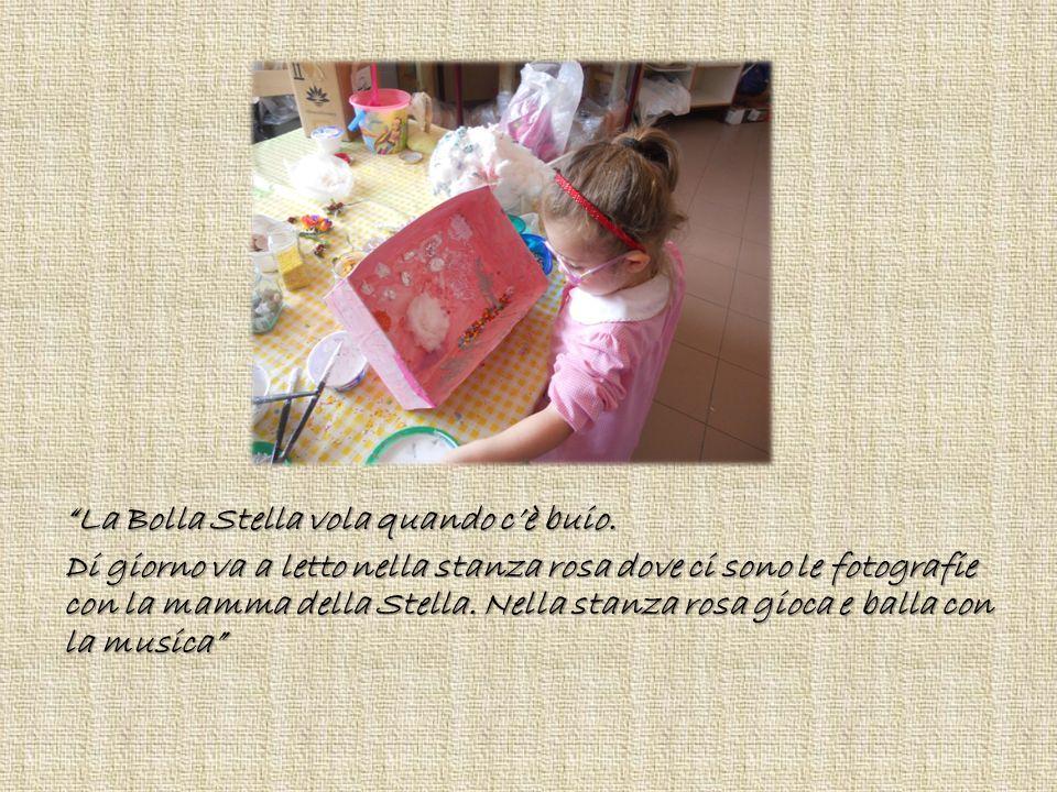 """""""La Bolla Stella vola quando c'è buio. Di giorno va a letto nella stanza rosa dove ci sono le fotografie con la mamma della Stella. Nella stanza rosa"""