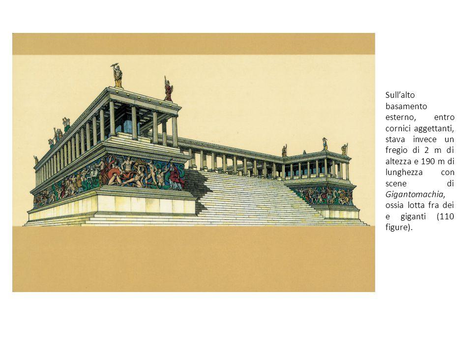 Sull'alto basamento esterno, entro cornici aggettanti, stava invece un fregio di 2 m di altezza e 190 m di lunghezza con scene di Gigantomachia, ossia