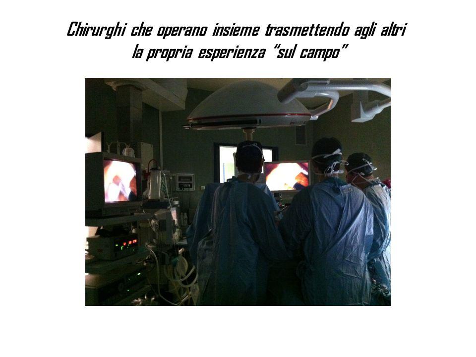 """Chirurghi che operano insieme trasmettendo agli altri la propria esperienza """"sul campo"""""""