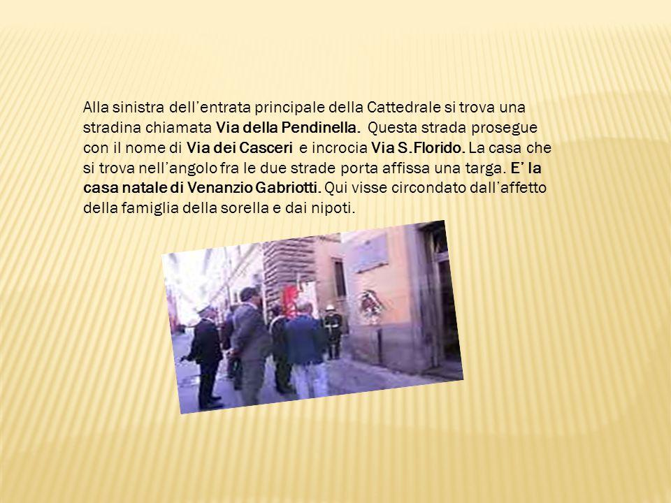 Alla sinistra dell'entrata principale della Cattedrale si trova una stradina chiamata Via della Pendinella. Questa strada prosegue con il nome di Via