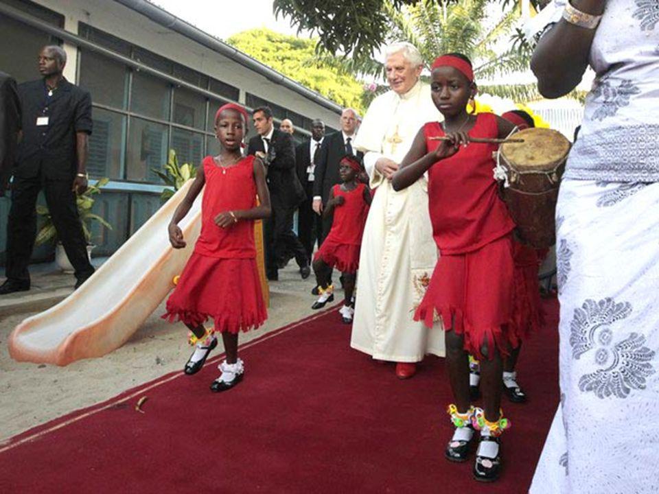 In pari tempo, ho voluto rendere omaggio e pregare sulla tomba di un illustre figlio del Benin e dell'Africa, e grande uomo di Chiesa, l'indimenticabi