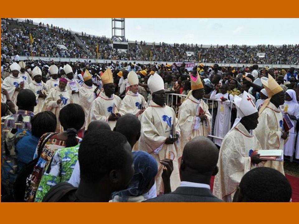 I cristiani sono di per sé uomini di speranza, che non si possono disinteressare dei propri fratelli e sorelle: ho ricordato questa verità anche all immensa folla convenuta per la Celebrazione eucaristica domenicale nello stadio dell'Amicizia di Cotonou.