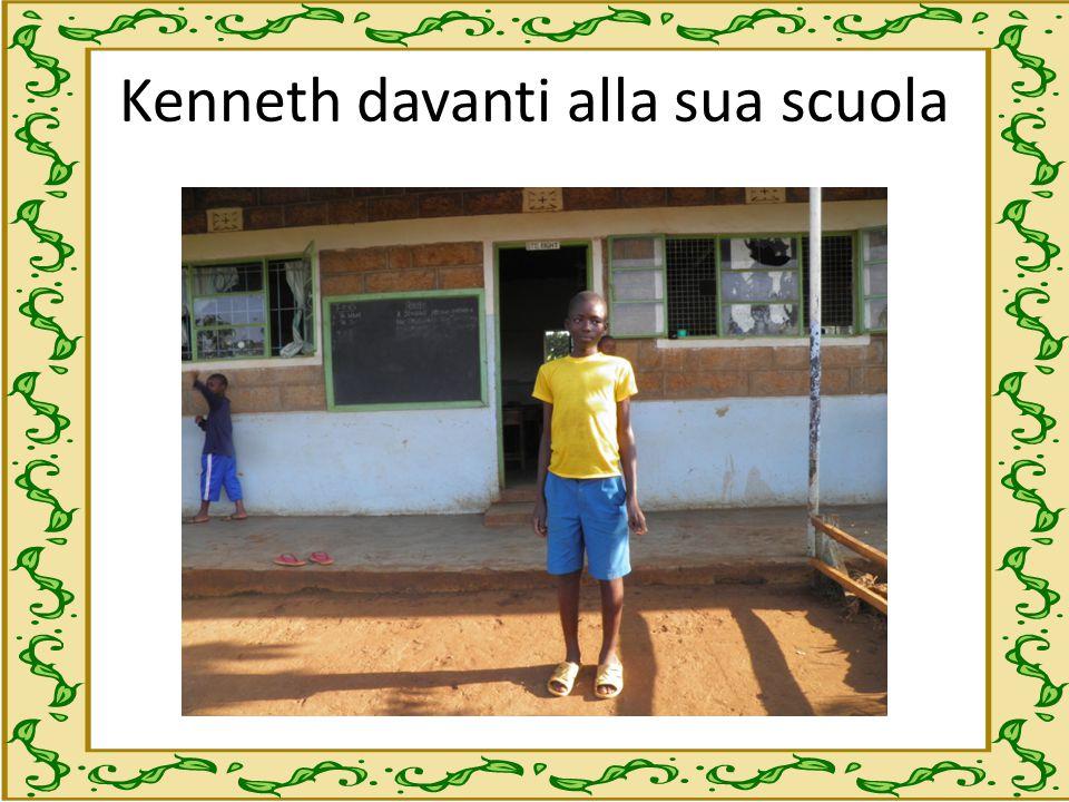 Kenneth davanti alla sua scuola