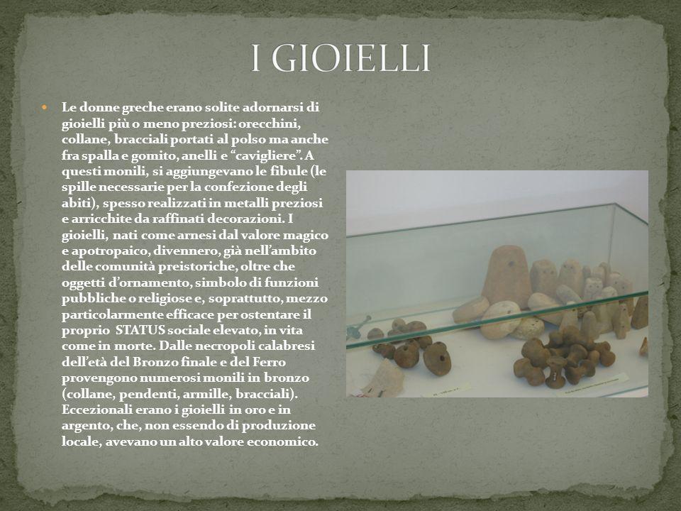 Le donne greche erano solite adornarsi di gioielli più o meno preziosi: orecchini, collane, bracciali portati al polso ma anche fra spalla e gomito, anelli e cavigliere .