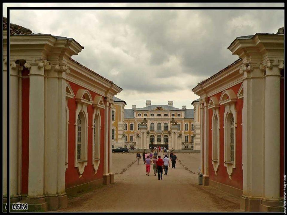 CASTELLO DI RIGA Il Castello di Riga è la Residenza Ufficiale del Presidente della Repubblica lettone.Castello di Riga Originariamente il Castello ospitava il Gran Maestro dell Ordine Livoniano.