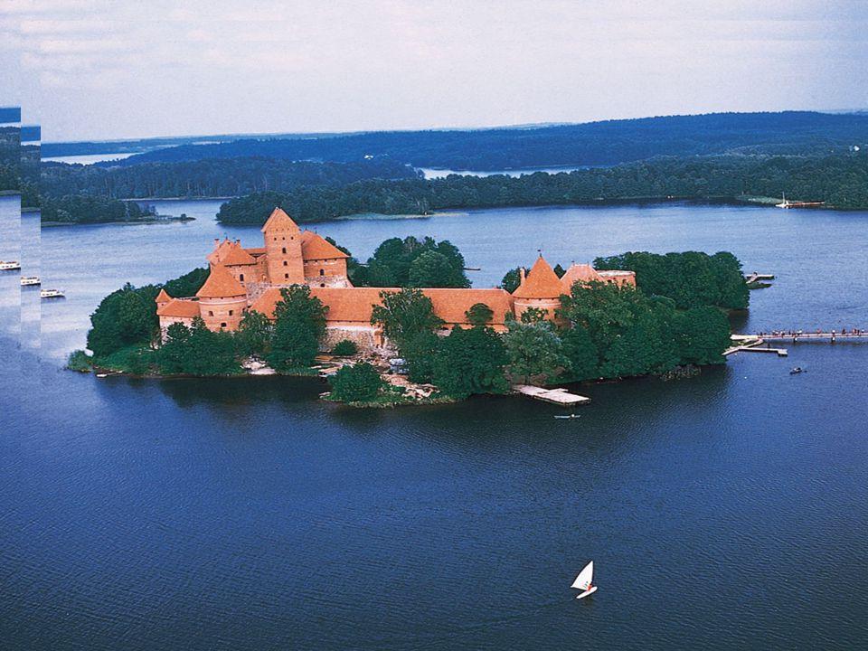 TRAKAI Trakai (in polacco Troki) è una cittadina della Lituania, appartenente alla Contea di Vilnius.polaccoLituaniaContea di Vilnius È caratterizzata dall omonimo lago nel quale, sopra un isola, sorge fin dal XIV secolo un castello più volte ricostruito.