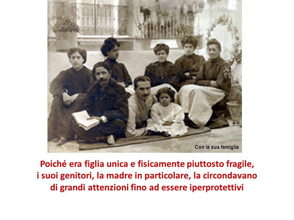 Victoria nacque a Siviglia l'11 novembre del 1903, in una Spagna divisa dalle polemiche tra liberali e conservatori Figlia unica di una modesta famiglia Con la mamma