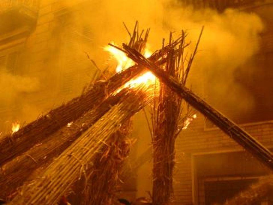 I VLURD DI OFFIDA I vlurd sono fasci di canne secche riempiti di paglia e tenuti insieme da legacci di vimini, a cui viene dato fuoco.